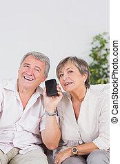 vieux, amants, écoute, à, a, smartphone
