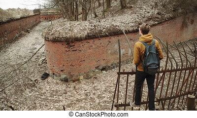 vieux, barrière, allemand, printemps, dos, jaune, automne, par, promenades, murs, sac à dos, jeune, suivant, brique, parc, arbres, homme, abandonnés, feuilles, fer, fort, ou