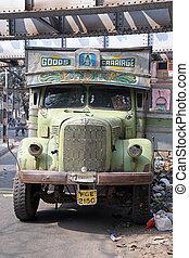 vieux, cargaison, attentes, inde, rouillé, camion, nouveau, kolkata