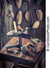 vieux, chaussures, atelier, cordonnier, marteau, clous
