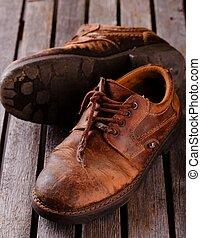 vieux, chaussures, bois, gris, porté, planche