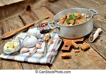 vieux, coloré, ampoules, poivre, cuillère bois, rustique, soupe, ail, frais, clous girofle, table, croûtons, serviette, casserole