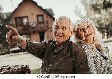 vieux, couple, côté, regarder, intérêt, heureux
