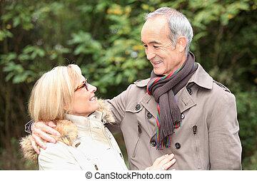 vieux, couple, dans, jardin