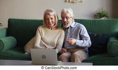 vieux, couple, regarder, conversation, rire, videocall, confection, ordinateur portable, heureux