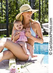 vieux, délassant, six, mois, mère, bébé, suivant, piscine, natation