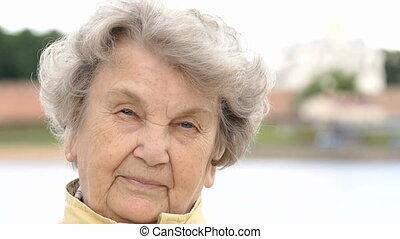vieux, dehors, portrait, 80s, sérieux, vieilli, gramma