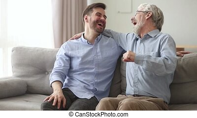 vieux, donner, père, jeune, fils, bosse, rire, poing, embrasser, heureux