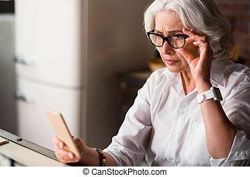 vieux, elle, être, inquiété, téléphone, nouveau, message, réception, dame