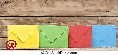 vieux, enveloppes, coloré, bois, symbole, e-mail, fond