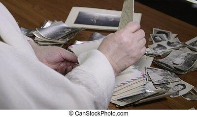 vieux, femme aînée, lettres, lecture