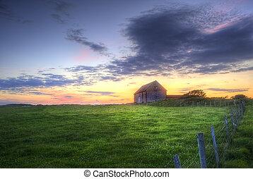 vieux, grange, dans, paysage, à, coucher soleil