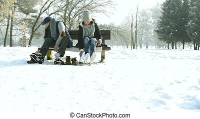 vieux, hiver, couple, glace, mettre, personne agee, skates., vêtements