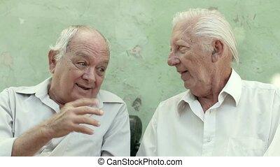 vieux, hommes, deux amis, personne agee, heureux