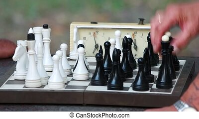 vieux, hommes, park., échecs, mains, jouer