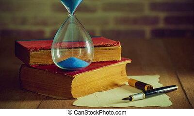 vieux, horloge, bois, sable, stylo, papier, livres, table.