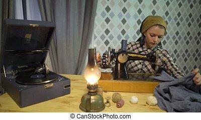 vieux, lampe, machine., maison, girl, couturière, phonographe, écoute, atelier, musique, retro, coud, femme, kérosène, couture, phonographe, main, tissu, vinyle, plaque, manuel, nuit, travaux, ou