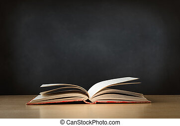 vieux, livre, ouvert, bureau, à, tableau, dans, fond