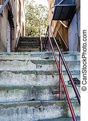 vieux, métal, haut, béton, étapes, balustrade, rouges