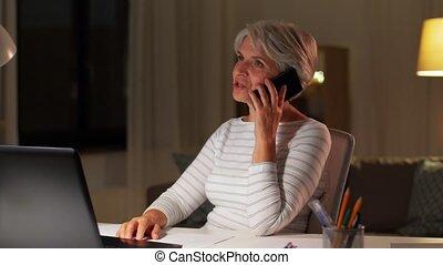 vieux, nuit, maison appel, femme, smartphone