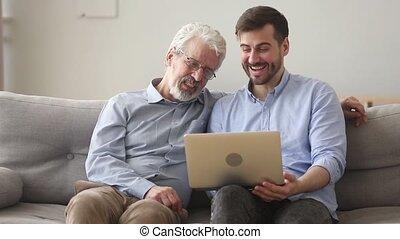 vieux, ordinateur portable, père, jeune, fils, utilisation, maison, heureux