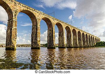 vieux, pierre, pont ferroviaire, dans, berwick-upon-tweed