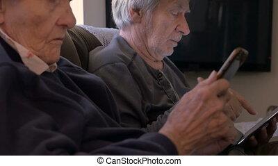 vieux, regard, tablette, leur, mobile, fils, téléphone portable, année, 90, femmes, appareils