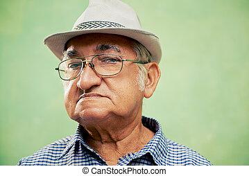 vieux, regarder, appareil photo, portrait, sérieux, chapeau, homme