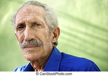 vieux, regarder, hispanique, appareil photo, sérieux, portrait, homme