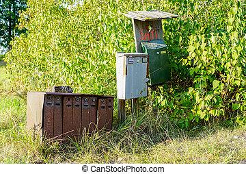 vieux, secteur, boîtes lettres, rouillé, arrière-plan vert, rural