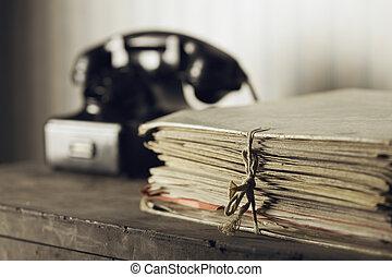 vieux, téléphone, sur, a, bureau, à, documents