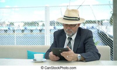 vieux, tablette, montre-bracelet, regarder, 4k, utilisation, homme affaires, table.