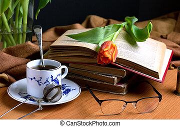 vieux, tasse, thé, suivant, tulipe, livre, rouges