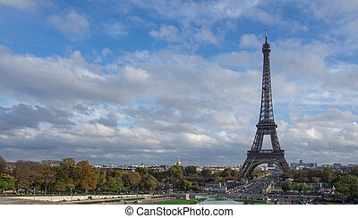 View of the Eiffel Tower in cloudy day