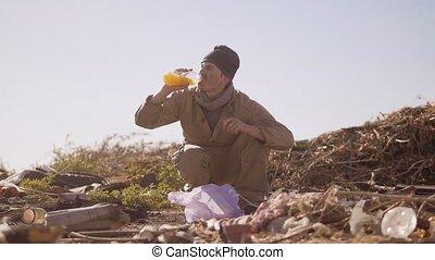 vieze , dakloos, hongerige , man, in, een, stortplaats,...