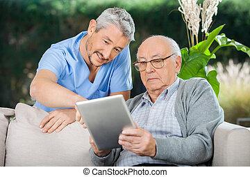 vigia, ajudar, homem sênior, em, usando, tablete digital