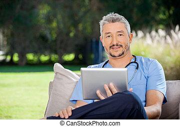 vigia, macho, computador, segurando, tabuleta