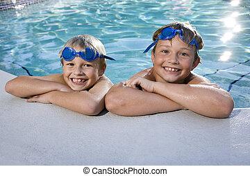 vigyorgó, fiú, lejtő, pocsolya, úszás
