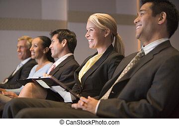 vijf, businesspeople, het glimlachen, in, presentatie, kamer, met, klembord
