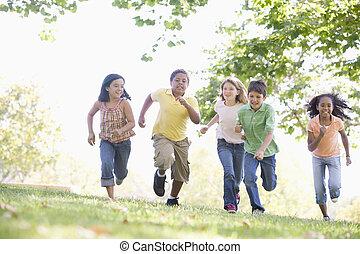 vijf, jonge, vrienden, rennende , buitenshuis, het...