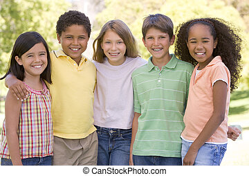 vijf, jonge, vrienden, staand, buitenshuis, het glimlachen