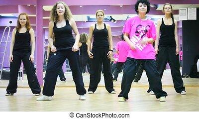 vijf, meiden, dans, samen, in, spiegel, dancing, kamer