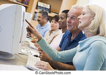 vijf mensen, bij computer, terminals, in, bibliotheek,...