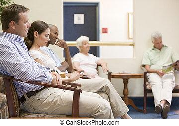 vijf mensen, wachten, in, wachtruimte