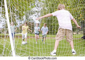 vijf, voetbal, vrienden, jonge, spelend