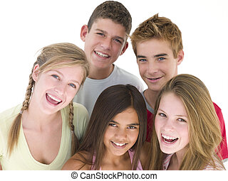 vijf, vrienden, samen, het glimlachen