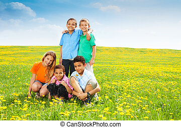 vijf, vrolijke , geitjes, in, paardebloemen