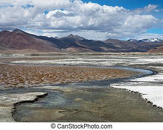 vijvers, en, krommingen, zout, hoge bergen, meer, witte , oever, van, zout, berg, kettingen, in, de, achtergrond, in, blauwe hemel, witte , massief, clouds.