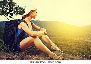 vila, kvinna sitta, turist, fjäll, ryggsäck, resa, vagga, topp