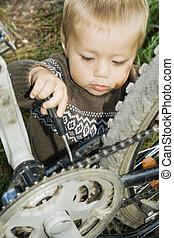 vila, menino, reparado, um, bicycle.